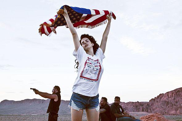 """Lana Del Reys neues Video zur Single """"Ride"""" spielt mit amerikanischen Klischees."""