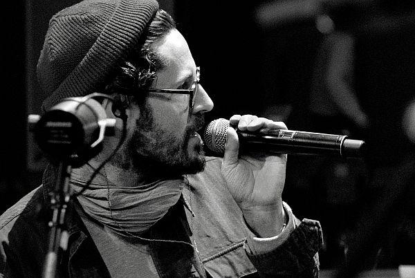 Max Herre im Sommer 2014 auf großer Unplugged-Tour (Foto: Erik Weiss / Four Artists)